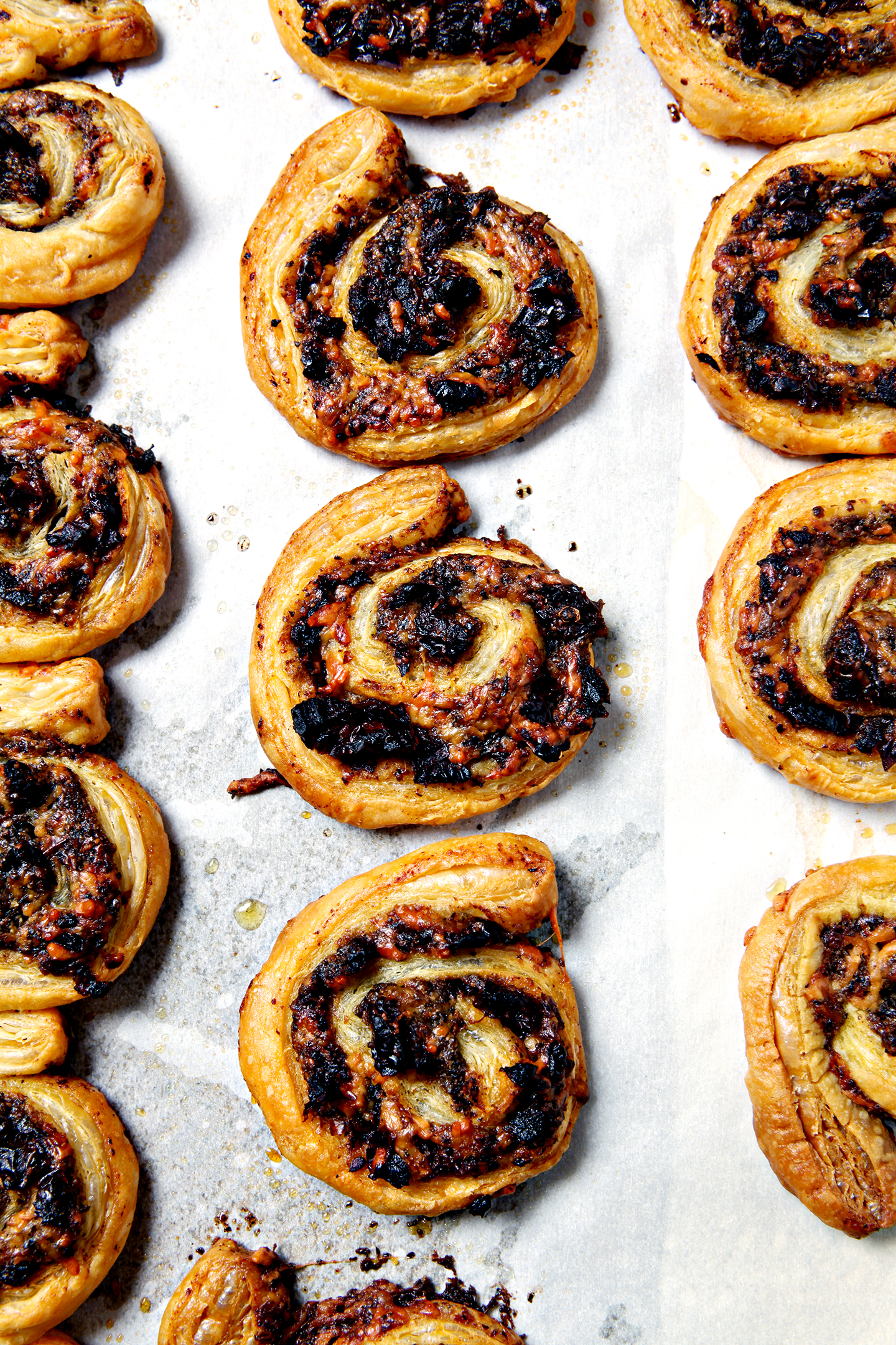 Pesto and Sun-Dried Tomato Pinwheels | Looking for a party app that feeds a crowd and is delicious? These Pesto and Tomato Pinwheels, stuffed with pesto (homemade or store-bought!), sun-dried tomatoes and parmesan cheese, are the perfect starter! @speckledpalate for @mycookingspot