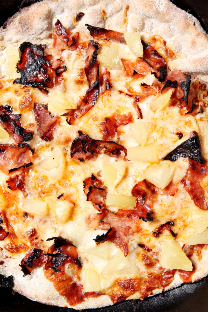 Grilled Hawaiian Pizza | Use the grill to cook your pizza on a hot summer's day! This Grilled Hawaiian Pizza is sweet, salty and savory at the same time, and it is a summertime favorite!