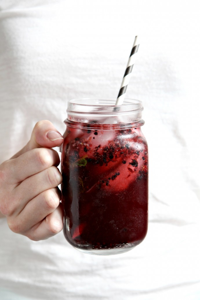 Blackberry Mint Spritzers | Cool down this September with a flavorful spritzer! Made simply using fresh blackberries, mint, simple syrup and ginger ale, this will become a fast favorite!