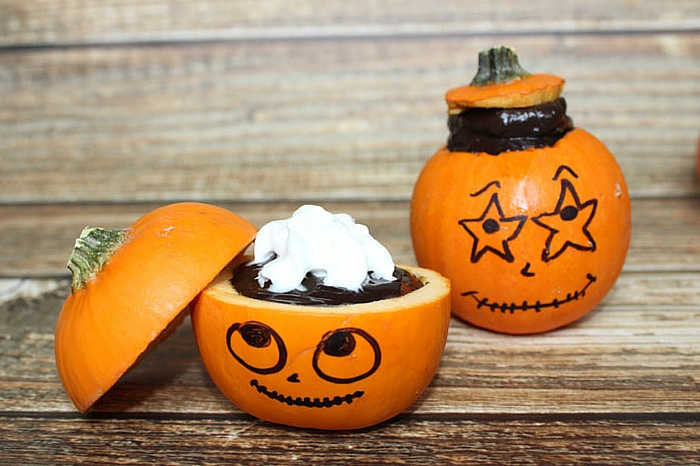 This Avocado Chocolate Chip Pudding is adorable in this mini pumpkkins!