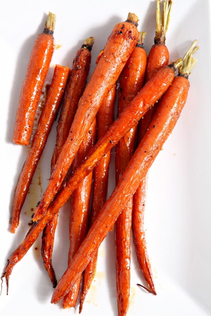 Honey Roasted Whole Carrots are the perfect accompaniment for any weeknight meal. Carrots are tossed in olive oil and honey, then dusted with cayenne pepper for a delightful sweet-spicy kick. #sidedish #carrots #cayenne #weeknightside